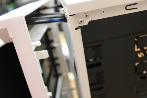PCケースフロントパネルのツメを外しながらフロントパネルを前面に