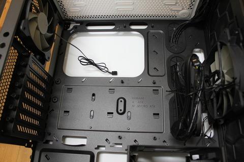 PCケースにマザーボードを取り付ける