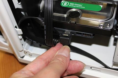 マザーボードからのSATAケーブルをハードディスクへ接続