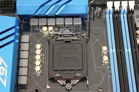 マザーボードCPUソケット固定レバーを上げる