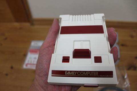 手のひらサイズのファミコンです