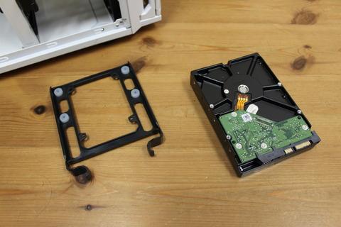 3.5インチトレイにハードディスクを取り付ける
