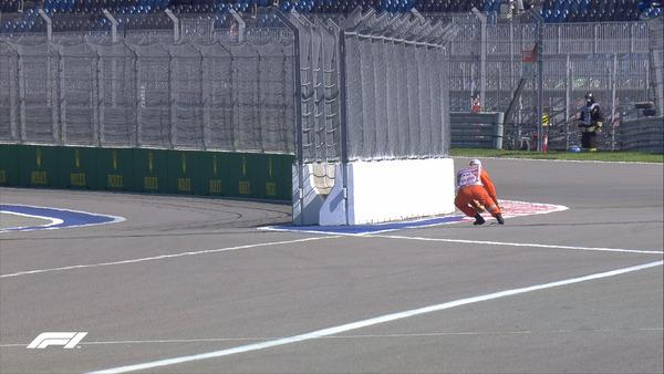 コース上に何かが落ちていたようだ、回収するマーシャル:2021年F1ロシアGPフリー走行1回目