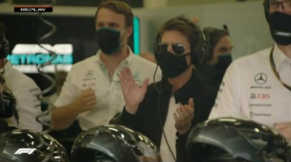 トム・クルーズ、ハミルトンのトップに拍手、メルセデスのガレージ:2021年F1イギリスGP