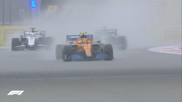 51周目:激しい雨の中、ノリスはまともに走れない、後ろはタイヤ交換後のハミルトン:2021年F1ロシアGP