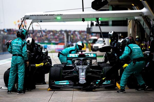 ハミルトンはチームの作戦上の判断を信頼し、最終的にピットインした。しかし3位を維持するにはタイミングが遅すぎた:2021年F1トルコGP