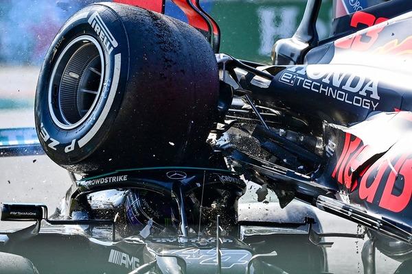 マックス・フェルスタッペンのタイヤがルイス・ハミルトンのヘルメットに当たっている:2021年F1イタリアGP