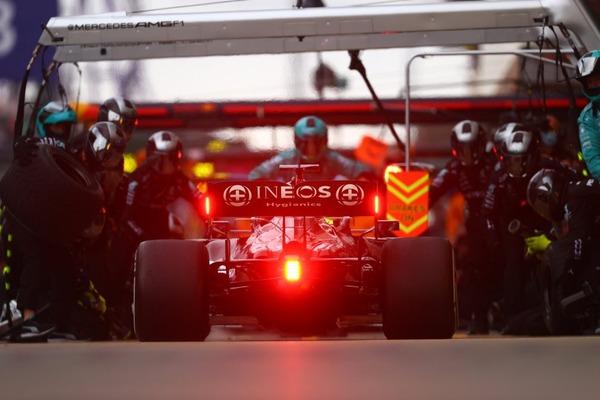 チームが2回目要請をしたときにピットインしたハミルトンの決断が、最終的に彼にレース優勝をもたらした:2021年F1ロシアGP