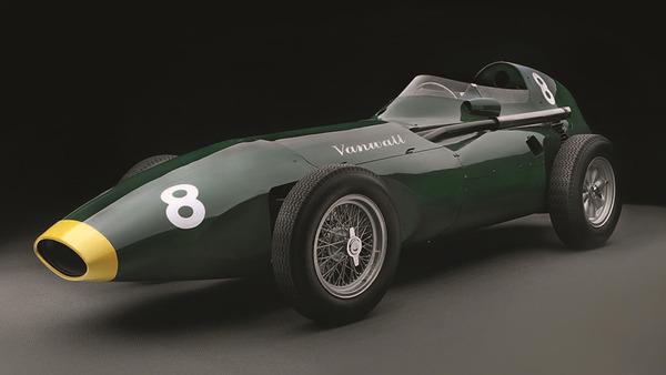 1958年モナコGP。ヴァンウォールのスターリング・モスがチェッカー・フラッグを受け、チームは最初のコンストラクターズ・チャンピオンになった