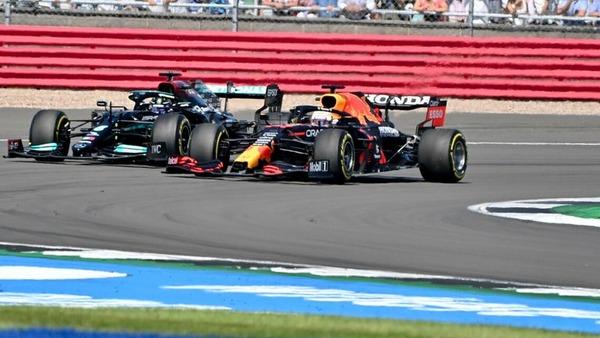 マックス・フェルスタッペンとルイス・ハミルトン、スタート時から激しくトップを争う:2021年F1イギリスGP