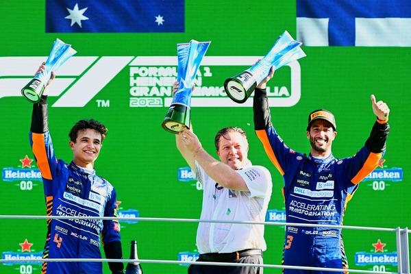 ランド・ノリス、ザク・ブラウン、ダニエル・リチャルド(マクラーレン)、表彰台で歓喜:2021年F1イタリアGP