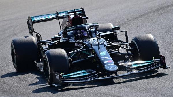 直線的なメインプレートとフラップのおかげで、メルセデスのリア・ウィングはレッドブルのウィングに比べ、はるかにオーソドックである:2021年F1イタリアGP