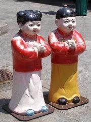 神戸南京町 小財神:財財(右)と来来(左)