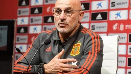 五輪サッカースペイン代表監督、喜びすぎて右手骨折…逆転勝利直後のロッカールームで転倒