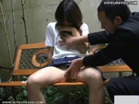 ベンチでおじさんと売りをやる女子校生を盗撮!【XVIDEOS】