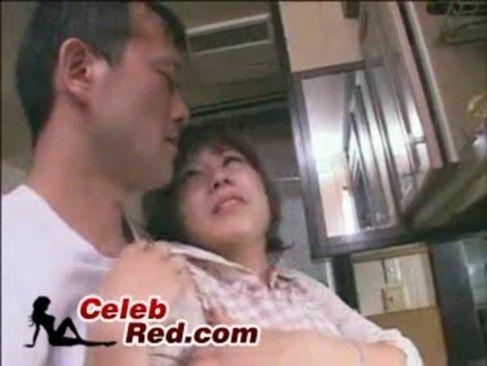 夫がリビングにいるのにバレないように声を殺しながら激しく犯され寝取られる人妻【XVIDEOS】