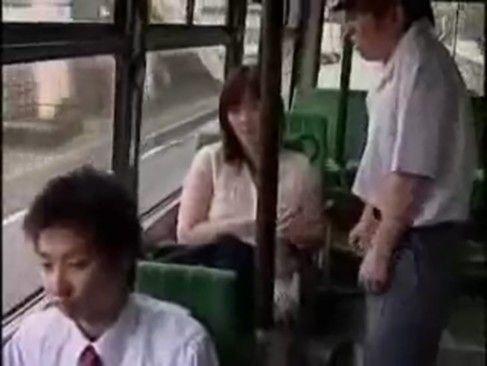 人妻痴女が通勤バスで乗り合わせた目の前に立つ学生のちんこを手コキ大量のザーメンを射精させる【XVIDEOS】