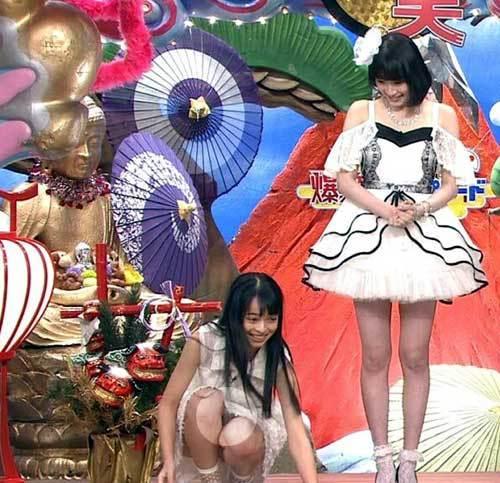 アンジュルム上國料萌衣、純白パンチラ!スカートの中が丸見え状態の股間