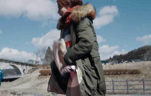 山本舞香 SRサイタマノラッパーでスカートが捲くれ上がりピンク色パンツが丸見えパンチラ