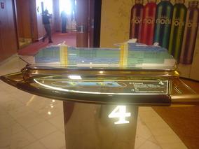 船の中の船の模型