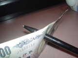 1000円札にボールペンが!?