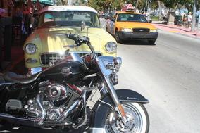 ハーレーに60年代のアメ車と。