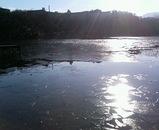 一碧湖面凍結