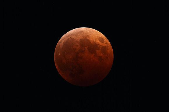 """3年ぶりの「皆既月食」 ネットに集まった息をのむような""""赤い月(ブラッドムーン)""""の画像を紹介"""