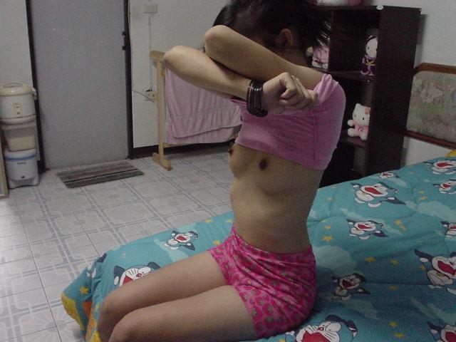 目の前で服を脱ぐ女性を見るとドキドキするwwwww