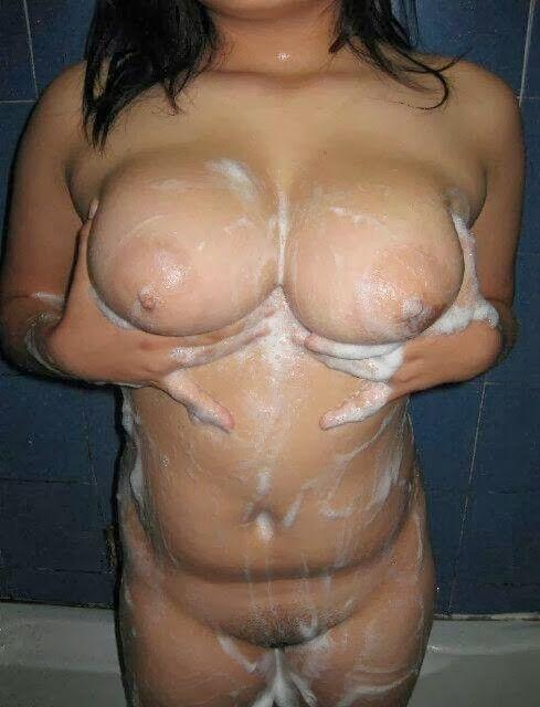 入浴中のえろい体の女性写真