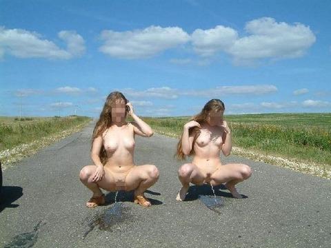 外で露出しながら放尿をする女性のえろい写真