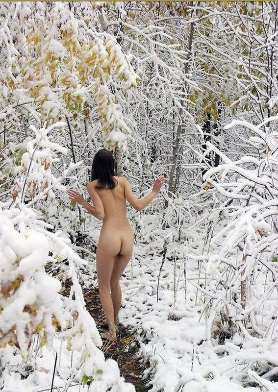 雪景色の中で露出するヘンタイ小娘写真