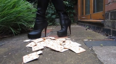 【動画】ロングブーツでクラッカーを踏み潰す!1