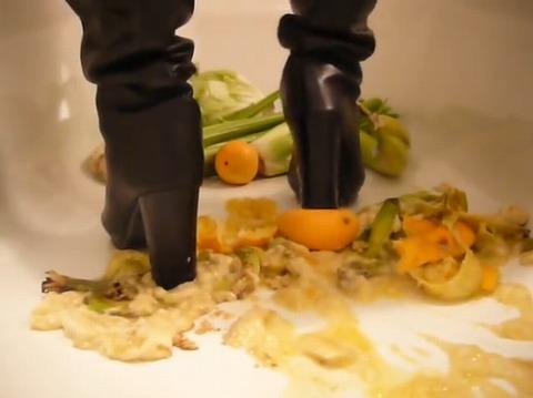 【動画】ロングブーツで野菜や果物を踏み潰し!1