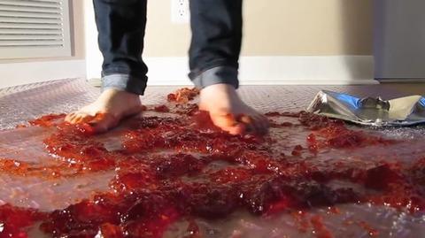 【動画】素足でゼリーと果物を同時に踏み潰す!3