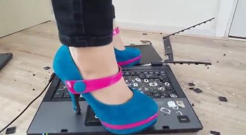 【動画】オシャレなハイヒールでノートPCを破壊!1