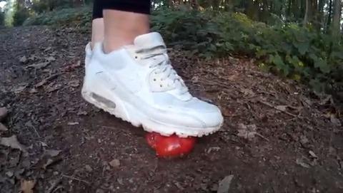 【動画】ナイキのエアマックスでトマト踏み潰し!1