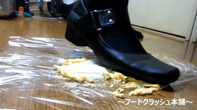 【フェチ動画】ニーハイ美女が愛用のストラップシューズでフードクラッシュ(踏み潰し)!