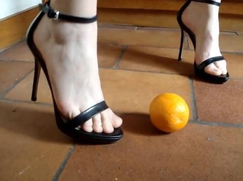 【動画】細いヒールをオレンジに突き刺すフードクラッシュ!2