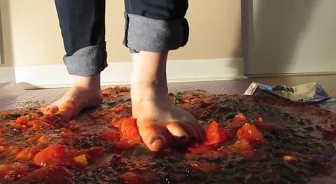 【動画】素足でゼリーと果物を同時に踏み潰す!5