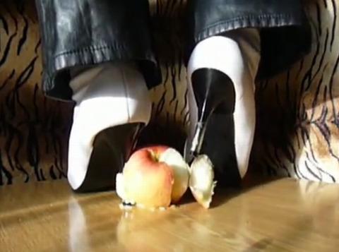 【動画】白のハイヒールでリンゴを踏み潰し!1