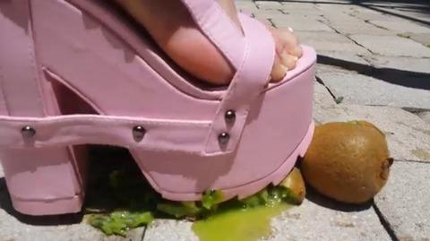 【動画】ピンク色の厚底サンダルでキウイ踏み潰し!1