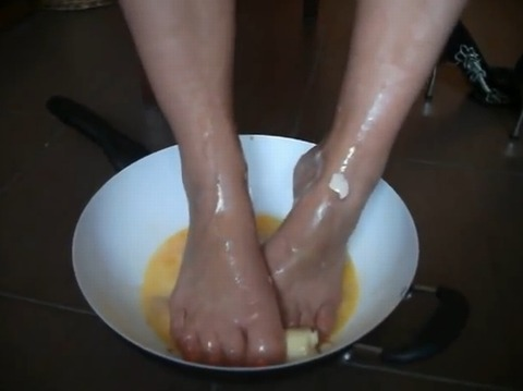 【動画】皿の中で素足で生卵とバナナを踏み潰し!1