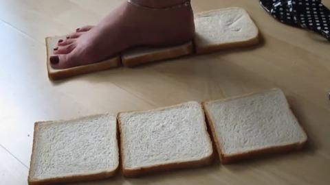 【動画】素足で食パンを踏み潰す!1