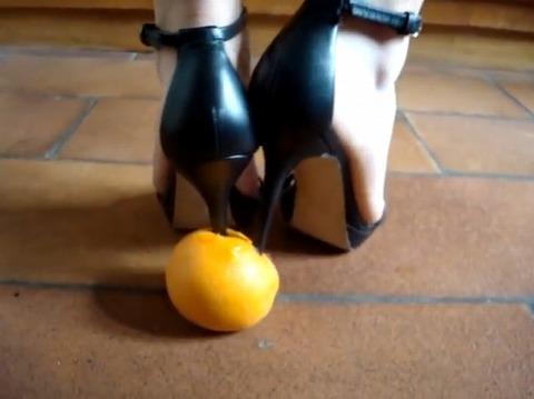 【動画】細いヒールをオレンジに突き刺すフードクラッシュ!3