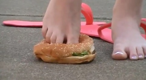 【動画】素足でハンバーガーを踏み潰し!1