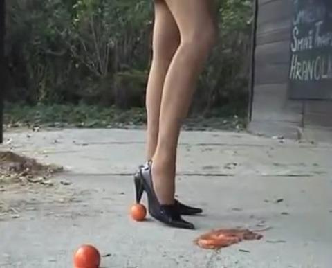 【動画】美脚の女性がハイヒールでトマト踏み潰し!1
