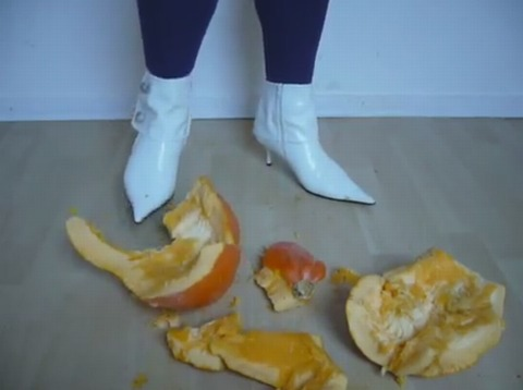 【動画】とんがりブーツでカボチャを踏み潰し!1