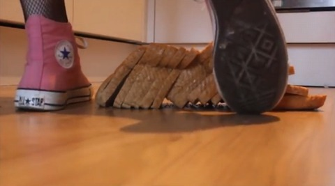 【動画】ピンクのコンバースオールスターでパン踏み潰し!1