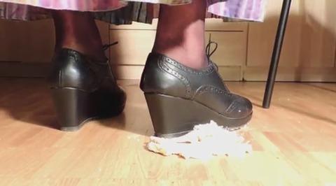 【動画】黒の革靴でケーキを踏み潰し!1